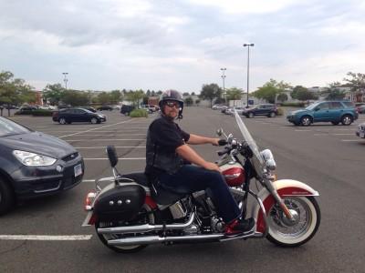 Golfyarmani hört HSP100 auf dem Motorrad, Bundesstaat Virginia, Nähe von Washington DC