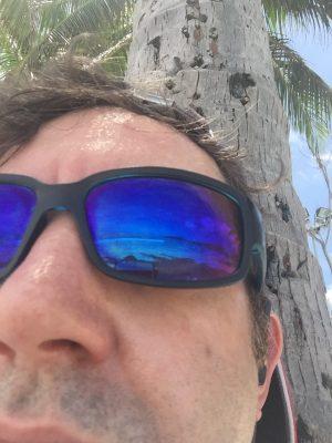 Unter Palmen am Patong Beach in Thailand genießt Enrico den Podcast